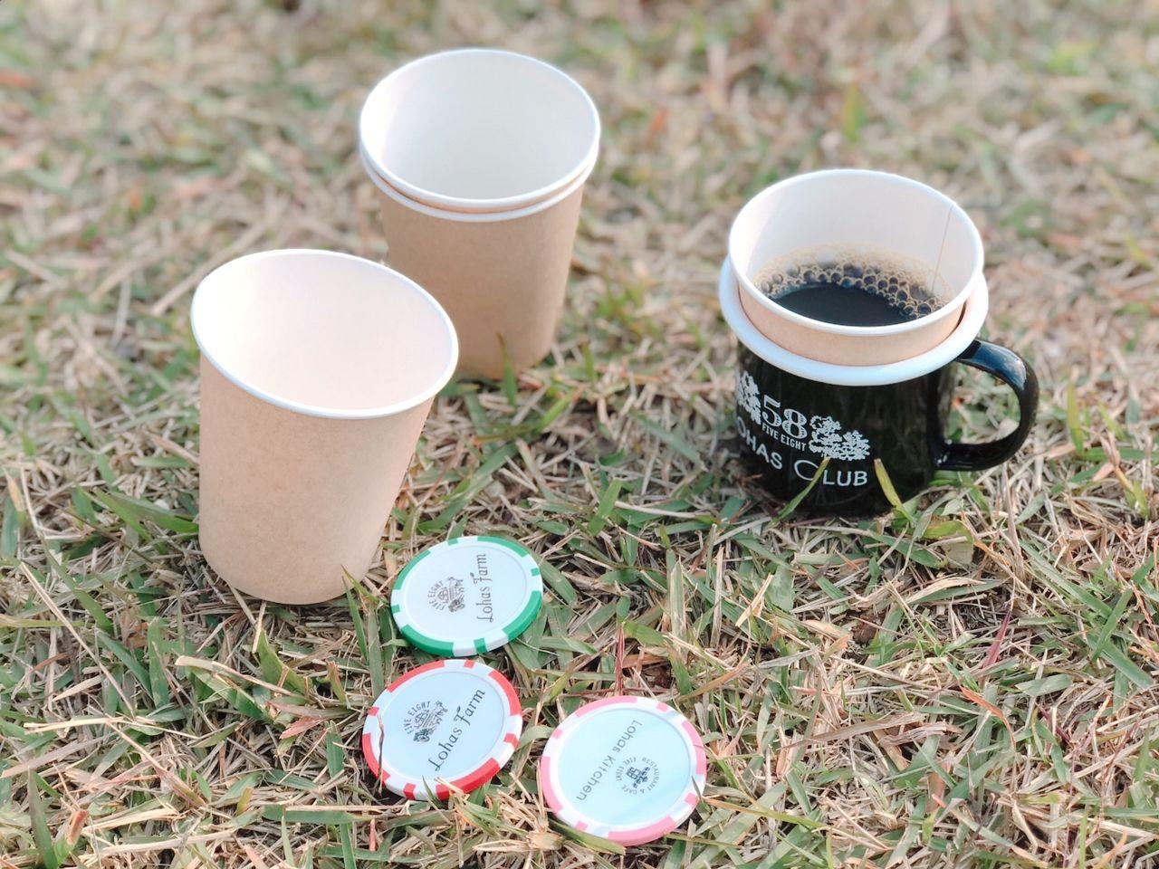 が、こちらっ! ホーロー製のマグ、紙コップが4つ。 そしてテイスティングコインが4枚(*^^*)