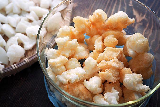 小さなお餅のかけら(4~5mm角程度が使いやすい)を、フライパンにサラダオイルを入れ、中火でじっくり揚げて、塩を振れば完成。