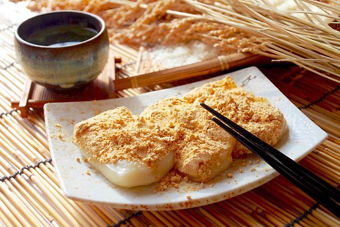温めたお餅にきな粉をたっぷりまぶして、お砂糖を振ればできあがり。